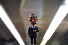 <p>Фигурка президента США Барака Обамы в магазине в Вашингтоне 17 января 2009 года. Интернет-магазин Stupid.com выпустил третий ежегодный список наиглупейших подарков, безделушек и гаджетов, которые можно подарить родственнику и другу, у которого есть все, в том числе и чувство юмора. REUTERS/Jonathan Ernst</p>