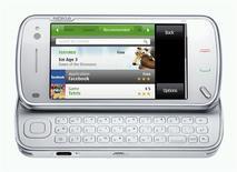 <p>Loja online Ovi da Nokia é exibida em celular da empresa. A Nokia divulgou nesta quarta-feira que os downloads de aplicativos em sua loja online estão se aproximando da marca de 1 milhão por dia, depois que a empresa começou a investir mais em serviços de Internet nos últimos anos para compensar a queda nos preços de celulares e aumento na competição por parte de rivais como Apple e RIM.</p>