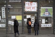 <p>Visitantes encontram as portas do Centro Pompidou fechadas por causa da greve. Os funcionários dos mais importantes museus de Paris fizeram greve em protesto contra cortes de custos, que eles veem como uma ameaça a obras de arte de valor inestimável. REUTERS/Charles Platiau (02/12/2009)</p>