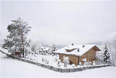 """<p>Vista general del chalet 'Milky Way' del director Roman Polanski en Gstaad, Suiza, 1 dic 2009. Las autoridades suizas liberarán el viernes al director de cine Roman Polanski para que permanezca bajo arresto domiciliario en su lujosa cabaña de los Alpes, dijo el miércoles el Gobierno. """"Polanski será trasladado el viernes a Gstaad y debería estar en su chalet después de la una de la tarde"""", dijo el portavoz del Departamento de Justicia, Folco Galli. REUTERS/Christian Hartmann</p>"""