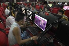 <p>A customer looks at a web page of Qzone, a Chinese social networking site at an internet cafe in Changzhi, Shanxi province August 28, 2009. REUTERS/Stringer</p>