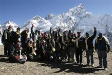 <p>A trois jours de l'ouverture de la conférence de Copenhague sur le climat, le conseil des ministres du Népal s'est réuni vendredi sur les pentes de l'Everest pour attirer l'attention du monde sur les conséquences du réchauffement climatique dans l'Himalaya. /Photo prise le 4 décembre 2009/REUTERS/Gopal Chitrakar</p>