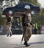 <p>Военная полиция эвакуирует автомобили с места атаки на мечеть в городе Равалпинди 4 декабря 2009 года. По меньшей мере 40 человек, включая высокопоставленных военных, погибли в результате нападения боевиков-смертников на мечеть в Равалпинди - городе-спутнике столице Пакистана Исламабада. REUTERS/Mian Khursheed</p>