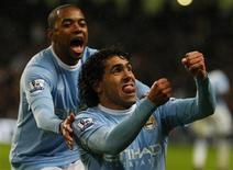 <p>Atacantes do Manchester City Carlos Tevez e Robinho comemoram gol do argentino na vitória de 2 x 1 sobre o Chelsea REUTERS/Phil Noble</p>