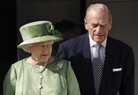 Britain's Queen Elizabeth and Prince Philip arrive at the airport in Port of Spain before the Commonwealth Heads of Government Meeting November 26, 2009. REUTERS/Chris Wattie