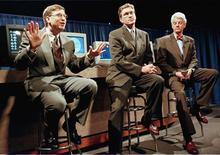 <p>Ex-presidente-executivo da Microsoft, Bill Gates, fala a jornalistas, em maio de 1998, sobre processo aberto pelos EUA sobre violação de leis de competição do mercado de browsers. Autoridades de defesa da concorrência na União Europeia devem aceitar na semana que vem oferta alterada da Microsoft para que usuários de computadores da Europa escolham outros navegadores de Internet, afirmaram duas pessoas próximas da situação nesta segunda-feira.</p>