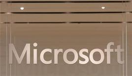 <p>Foto de archivo del logo de la compañía Microsoft en su primer tienda minorista en Scottsdale, EEUU, oct 22 2009. La Comisión Europea aceptará la semana que viene la oferta modificada de Microsoft que permitiría a los usuarios europeos escoger otros navegadores para internet, dijeron el lunes dos fuentes conocedoras de la situación. REUTERS/Joshua Lott</p>