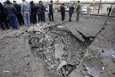 <p>Иракские полицейские осматривают место взрыва в Багдаде8 декабря 2009 года. По меньшей мере 112 человек погибли и 197 получили ранения в результате серии взрывов в Багдаде во вторник. Машины, начиненные взрывчаткой, были подорваны около правительственных зданий, сообщает полиция. REUTERS/Thaier al-Sudani</p>
