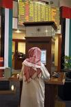 <p>مستثمر يتابع التداول في سوق دبي المالي يوم الإثنين. تصوير: مصعب عمر - رويترز</p>