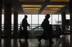 <p>Passeggeri in aeroporto. REUTERS/Shannon Stapleton</p>