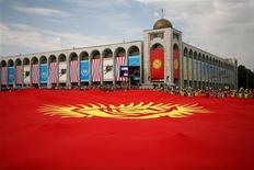 """<p>Огромный флаг Киргизии во время празднования 15-летия независимости страны на площади в Бишкеке 31 августа 2006 года. Сторонник бежавшего после революции президента Киргизии и политолог, критиковавший действующую власть, были избиты в Бишкеке вечером в среду, и один из них обвинил спецслужбы в стремлении """"зачистить политическое поле от оппонентов"""". REUTERS/Vladimir Pirogov</p>"""
