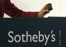 <p>Auctioneer Claudia Steinfels brings down the gavel during a Sotheby's auction of 123 pieces of Swiss art, in Zurich December 7, 2009. REUTERS/Arnd Wiegmann</p>