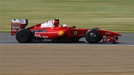 <p>La Formula Uno ha approvato oggi un nuovo sistema di punteggio, che consentirà ai primi 10 piloti classificati in ogni gran premio di ottenere punti, nel giorno in cui è stato anche diramato il nuovo calendario per la stagione 2010, che comprenderà ben 19 gran premi, eguagliando il record del 2005. Nella foto la Ferrari di Kimi Raikkonen alle libere del gp di Silverstone del giugno scorso. REUTERS/Andrew Winning</p>