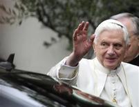 <p>Papa Benedetto XVI durante la sua visita in un centro di cure palliative a Roma. REUTERS/Chris Helgren (ITALY - Tags: RELIGION)</p>