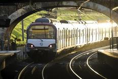 <p>Поезд линии RER прибывает на ону из пригородных станций Парижа 10 декабря 2009 года. Забастовка работников парижского метрополитена, серьезно осложнившая жизнь жителей города и туристов с прошлого четверга, расширяется на новые линии, сообщили профсоюзы в понедельник. REUTERS/Charles Platiau</p>