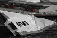 """<p>Обломок самолета Airbus A330 рейса 447 компании Air France в Ресифи 12 июня 2009 года. Следователи не смогли установить причину падения самолета Air France в Атлантику в июне, но поиски """"черных ящиков"""" возобновятся в феврале, заявил глава отдела расследования французской авиации. REUTERS/Stringer</p>"""