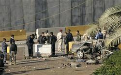 <p>Иракские полицейские осмтривают место взрыва в Багдаде 15 декабря 2009 года. Три заминированных автомобиля взлетели на воздух в столице Ирака, унеся жизни четверых и ранив еще 15 человек, сообщила полиция. REUTERS/Mohammed Ameen</p>