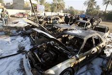 <p>سيارات مدمرة بعد هجوم بسيارة ملغومة في وسط بغداد يوم الثلاثاء. تصوير: ثائر السوداني - رويترز</p>