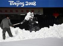 """<p>16 dicembre 2009. Il """"Nido d'Uccello"""" sotto la neve. REUTERS/David Gray</p>"""