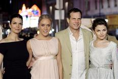 "<p>Cast member Bill Paxton (2nd R) poses with co-stars Jeanne Tripplehorn (L), Chloe Sevigny (2nd L) and Ginnifer Goodwin at the premiere of ""Big Love"" at the Grauman's Chinese theatre in Hollywood February 23, 2006. REUTERS/Mario Anzuoni</p>"