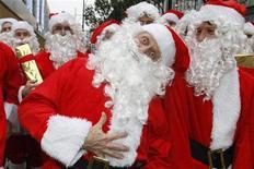 <p>Актеры в костюмах Санта-Клауса позируют фотографам на Оксфорд-стрит в Лондоне 5 ноября 2008 года. Не знаете, что подарить на Рождество? Если у вас или вашего друга семейная лодка грозится вот-вот пойти ко дну, приобретите подарочный сертификат на развод. REUTERS/Suzanne Plunkett</p>