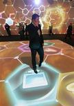 <p>Человек говорит по мобильном телефону на Международном форуме по нанотехнологиям в Москве 3 декабря 2008 года. Российский мобильный оператор Скай Линк готов в 2010 году построить и запустить опытную сеть четвертого поколения LTE в России, сообщила генеральный директор компании Гульнара Хасьянова журналистам в четверг. REUTERS/Alexander Natruskin</p>