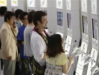<p>Visitatori del Tokyo Game Show giocano con nuovi modelli di videogiochi. Foto d'archivio. REUTERS/Toru Hanai</p>