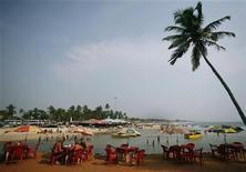 <p>Туристы отдыхают в кафе на пляже Бага в Гоа 16 марта 2008 года. Гоа - небольшой штат на западном побережье Индии - знаменит своими необычным колониальным шармом, солнечными пляжами и великолепной кухней из даров моря. REUTERS/Punit Paranjpe</p>