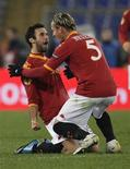 <p>I romanisti Mirko Vucinic (a sinistra) e Philippe Mexes festeggiano dopo un goal. REUTERS/Tony Gentile</p>