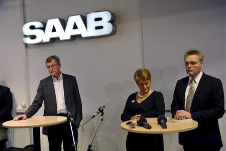 Saab Managing Director Jan Ake Jonsson (L), Sweden's Deputy Prime Minister Maud Olofsson (C) and Joran Hagglund, the state secretary at Sweden's Enterprise Ministry, hold a news conference in Trollhattan, December 18, 2009. REUTERS/Adam Ihse/Scanpix Sweden