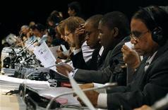 """<p>Delegados leen copias del """"Acuerdo de Copenhague"""" durante la reunión plenaria de la Conferencia de Cambio Climático de la ONU en el centro Bella de Copenhague, dic 19 2009. REUTERS/Christian Charisius (DENMARK)</p>"""