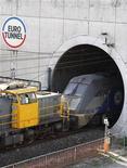 <p>Un treno shuttle Eurotunnel all'uscita della galleria a Coquelles, in Francia. La foto è del 1 ottobre 2008. REUTERS/Pascal Rossignol</p>
