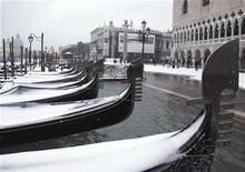 <p>Gondole coperte dalla neve a Venezia, 19 dicembre 2009. REUTERS/Manuel Silvestri</p>