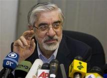 """<p>Foto de archivo del líder de oposición iraní Mirhossein Mousavi durante una conferencia de prensa en Teherán, jun 12 2009. Mousavi fue atacado el lunes por """"hombres vestidos de civil"""" que iban el motocicletas y un miembro de su comitiva resultó herido, informó el sitio web reformista Kaleme. REUTERS/Ahmed Jadallah</p>"""
