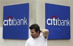 <p>Мужчина стоит рядом с отделением банка Citibank в Нью-Йорке 13 августа 2009 года. Федеральное бюро расследований США расследует обстоятельства хакерской атаки на финансовую компанию Citigroup Inc, в результате которой были похищены десятки миллионов долларов, сообщила газета Wall Street Journal со ссылкой на представителей американской администрации. REUTERS/Lucas Jackson</p>