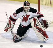 """<p>Вратарь """"Нью-Джерси"""" Мартин Бродер отбивает бросок игрока """"Питсбурга"""" в матче НХЛ в Питсбурге 21 декабря 2009 года. Голкипер клуба """"Нью-Джерси"""" Мартин Бродер установил рекорд Национальной хоккейной лиги, сумев сохранить свои ворота нераспечатанными в 104-й раз за карьеру. REUTERS/ Jason Cohn</p>"""