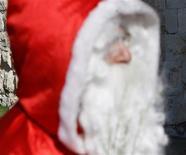 <p>Un Australien a enfilé pour la deuxième année d'affilée les habits de Père Noël et décidé de distribuer ses effets personnels aux habitants du Queensland. /Photo d'archives/REUTERS/Ronen Zvulun</p>