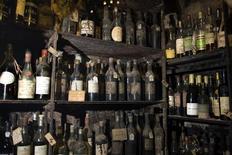 <p>Винный погреб ресторана Tour d'Argent в Париже 20 октября 2009 года. Благодаря посещению винных погребов, все ваши проблемы точно останутся в уходящем году, а на то чтобы прочитать винную карту в местном ресторане, у вас уйдет не меньше недели. REUTERS/Charles Platiau</p>
