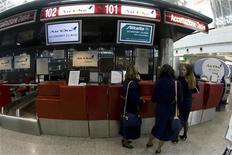 <p>Un banco check-in all'aeroporto Leonardo Da Vinci di Roma. REUTERS/Alessandro Bianchi</p>