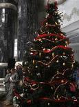 <p>Un albero di Natale. REUTERS/Thaier al-Sudani</p>