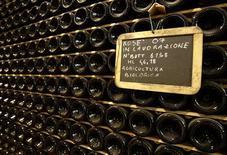 <p>Bottiglie di vino rosé di produzione biologica in una cantina lombarda. REUTERS/Stefano Rellandini</p>