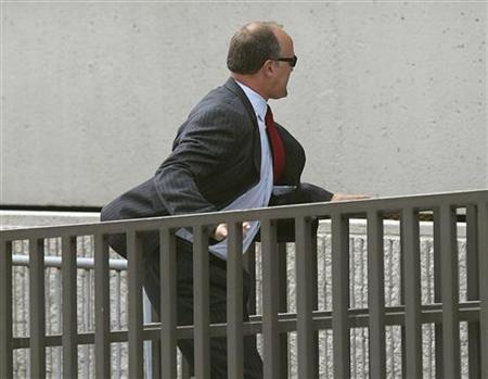 Former UBS banker Bradley Birkenfeld runs into the Federal Courthouse in Ft Lauderdale, Florida, August 21, 2009. REUTERS/Andrew Innerarity