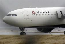 <p>A Delta Airbus 330 airliner sits on a runway at Detroit Metropolitan Airport in Romulus, Michigan in this video grab made December 25, 2009. REUTERS/WDIV TV/Handout</p>