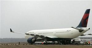 """<p>Спецслужбы осматривают самолет авиакомпании Northwest в аэропорту Детройта 27 декабря 2009 года. Американская администрация организовала межведомственную следственную группу с целью установить, не стоит ли экстремистская организация """"аль-Каида"""" за попыткой взорвать пассажирский самолет в Рождество. REUTERS/Rebecca Cook</p>"""