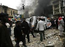 <p>Пострадавшие участники религиозного шествия на месте взрыва в Карачи 28 декабря 2009 года. Как минимум 22 человека погибли в понедельник при взрыве смертника на шиитском религиозном празднике в пакистанском городе Карачи. REUTERS/Athar Hussain</p>