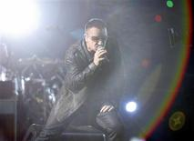 <p>Foto de arquivo do vocalista Bono, do U2, durante show em Pasadena. O U2 pode não ter tido vendas tão boas de seu novo álbum, mas a banda irlandesa teve o circuito de shows mais popular do ano.25/10/2009.REUTERS/Mario Anzuoni/Files</p>
