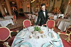 <p>Gli italiani spenderanno a tavola circa 2,7 miliardi di euro per festeggiare il Capodanno a casa o nei ristoranti - una tavola imbandandita nell'immagine d'archivio. E' quanto stima la Coldiretti per la festa di fine anno durante la quale cotechini e zamponi battono salmone, ostriche e caviale e lo spumante italiano vince nettamente con il 98% dei brindisi nazionali. REUTERS PICTURE</p>