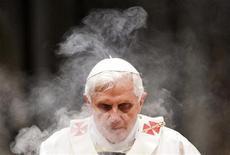 <p>Il Papa Benedetto XVI oggi a San Pietro. REUTERS/Remo Casilli</p>