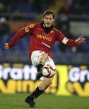 <p>Destaque da Roma, Francesco Totti, controla a bola durante jogo da Liga Europa contra o FC Basel (FCB), no Estádio Olímpico de Roma no dia 3 de dezembro de 2009. O jogador afirmou que voltará atrás na decisão de não jogar mais pela Itália na Copa do Mundo. REUTERS/Tony Gentile</p>