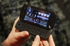 <p>Le N97, de Nokia. La firme finlandaise, numéro un mondial des fabricants de portables, va vendre cette année plus de 500 millions de combinés, un chiffre supérieur aux attentes du marché, selon Rick Simonson, directeur de la division Mobile Phones du groupe. /Photo d'archives/REUTERS/Albert Gea</p>